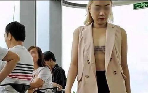 Người phụ nữ 'nghiện thả rông' gây choáng với bộ trang phục 'mặc như không mặc' đi chơi lễ