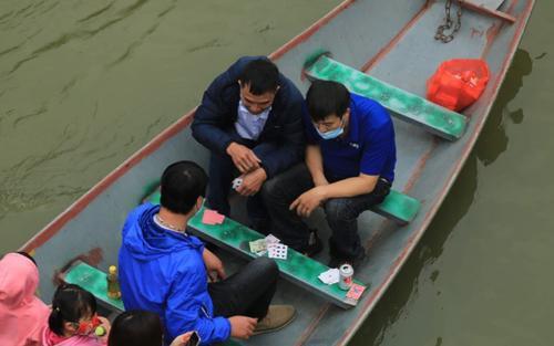 Hà Nội: Xử phạt người ngang nhiên đánh bài trên thuyền tại chùa Hương