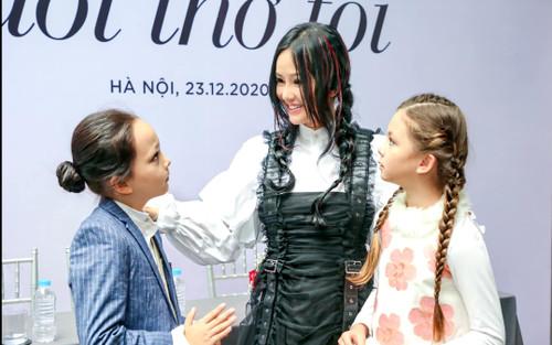 Hồng Nhung lần đầu tiết lộ lí do vì sao con trai 9 tuổi nuôi tóc dài không chịu cắt