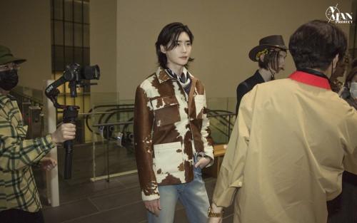 Lee Jong Suk 'đốn tim' người hâm mộ tại Tuần lễ thời trang Seoul 2021