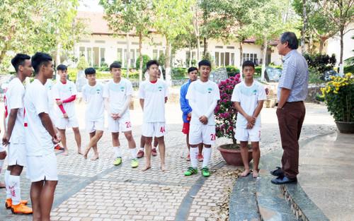 Nhìn nỗi đau Hùng Dũng để thấy bầu Đức dạy cầu thủ là tấm gương sáng cho cả nền bóng đá!