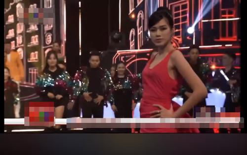 Diễn catwalk cùng Lương Thùy Linh, Đỗ Thị Hà bị chê 'phèn', mặc trang phục như đồ ngủ