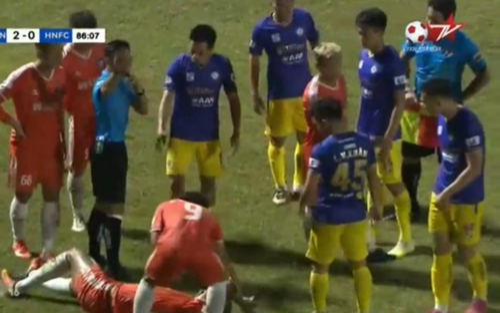 HLV Chu Đình Nghiêm: 'Văn Quyết chỉ nhảy tránh quả bóng chứ chưa có động tác gì'