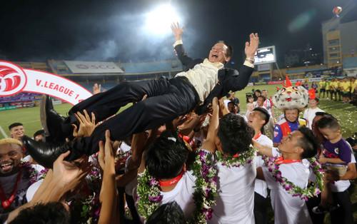 Bầu Hiển có buồn Hà Nội FC bị chê xấu xí?