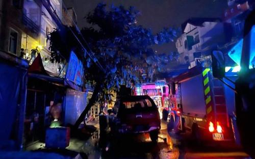 Giải cứu thành công 4 người mắc kẹt trong căn nhà bốc cháy trong đêm