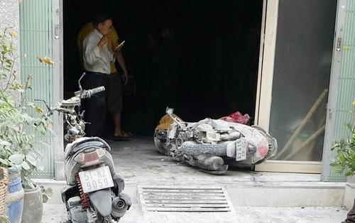 Người dân phá cửa khống chế đám cháy căn nhà 3 tầng ở TP.HCM
