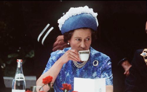 12 quy định ăn uống của Hoàng gia khiến bạn nhận ra 'làm người thường vui hơn'