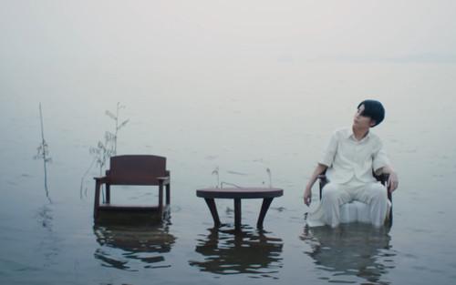 Vũ Cát Tường gây tò mò với hình ảnh ngồi giữa biển khơi: Chuyện gì đã xảy ra?
