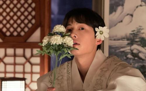 Song Joong Ki khoe nhan sắc đẹp như hoa ở tuổi 37, nên tái xuất với phim cổ trang như 'Sungkyunkwan'