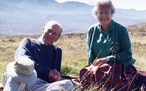 Nữ hoàng chia sẻ bức ảnh hạnh phúc với Hoàng thân Philip chỉ vài tiếng trước lễ tang phu quân