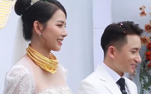 Vợ Phan Mạnh Quỳnh đeo vàng 'trĩu cổ', cười tít mắt trong ngày trọng đại