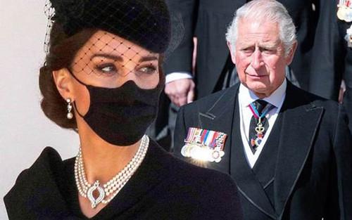 An ủi Thái tử Charles khi kết thúc lễ tang, Công nương Kate tiếp tục nhận 'cơn mưa' lời khen