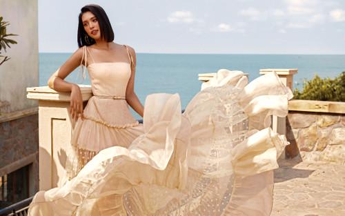Hoa hậu Tiểu Vy đẹp nức nở, pose dáng giữa trời nắng gắt, ghi liền 100 điểm thần thái