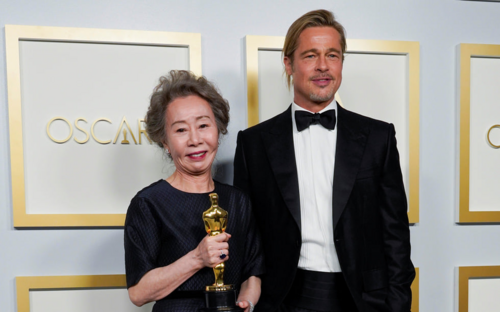 'Bà ngoại quốc dân' Youn Yuh Jung 'rung động' trước tài tử Brad Pitt tại sân khấu trao giải Oscar 2021