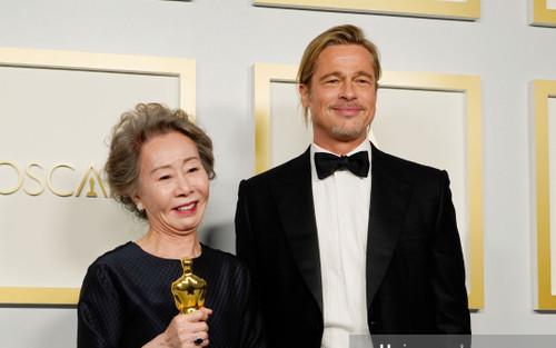 Bị hỏi thô lỗ về mùi của Brad Pitt tại Oscar, Youn Yuh Jung đáp trả: 'Tôi không ngửi, tôi đâu phải chó!'