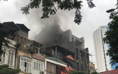 Hà Nội: Cháy lớn tại nhà hàng, cột khói đen bốc lên hàng chục mét trên phố Thái Hà