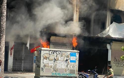 Cháy lớn ở TP.HCM: Lửa bốc lên dữ dội, nhiều người bị thương