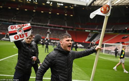Fan Quỷ đỏ làm loạn Old Trafford, đại chiến MU vs Liverpool nguy cơ bị hoãn