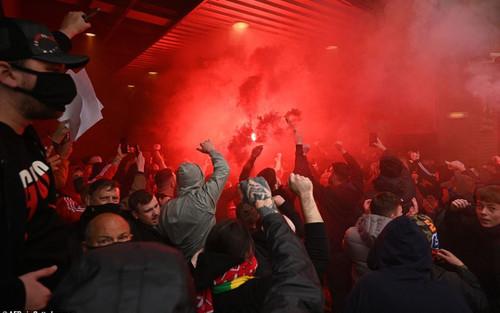 Hoãn trận MU vs Liverpool, chưa rõ thời điểm đá bù