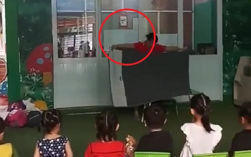Màn biểu diễn ảo thuật có 1-0-2 của cô giáo mầm non: Sự thật phía sau khiến dân mạng cười ngất