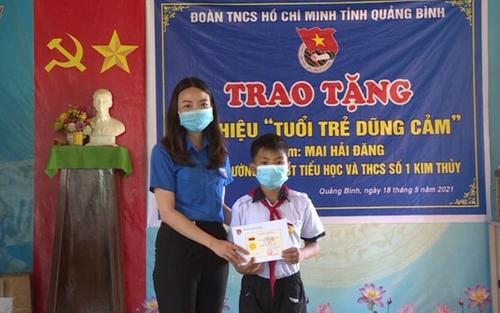Trao tặng Huy hiệu 'Tuổi trẻ dũng cảm' cho nam sinh lớp 6 vì hành động cứu người đuối nước