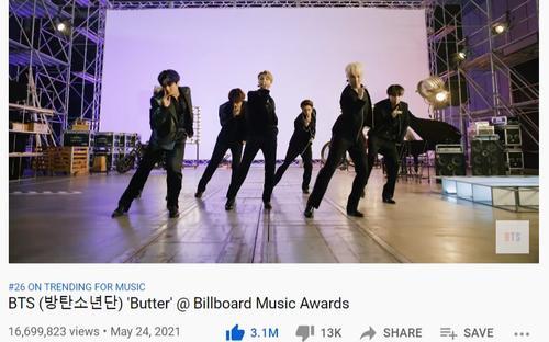 Không chỉ vượt mặt thành tích lượt xem MV, lượng view sân khấu Butter cũng cho Dynamate 'hít khói'