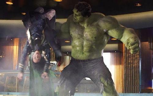 Tom Hiddleston tâm sự về cảnh bị Hulk hành nhừ tử trong 'The Avengers'