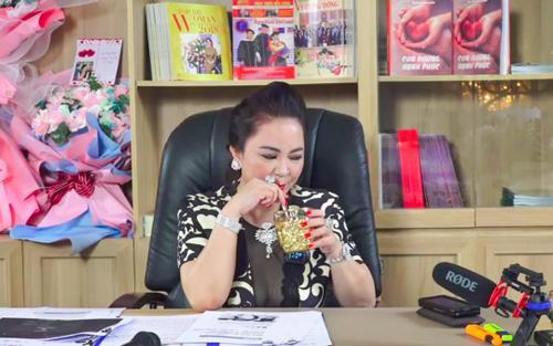 Bóc giá loạt phụ kiện 'đắt xắt ra miếng' trong các buổi livestream của đại gia Phương Hằng