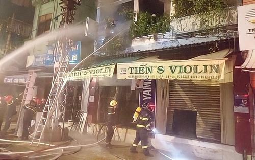 Cảnh sát cắt cửa cuốn, giải cứu 4 người trong căn nhà đang bốc cháy lúc rạng sáng