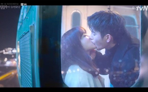 'Doom at Your Service': Seo In Guk khiến khán giả bấn loạn vì 'nụ hôn người lớn' dành cho Park Bo Young