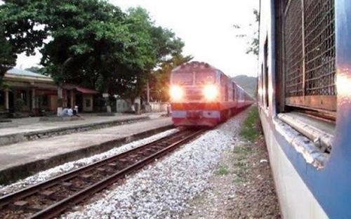 Phong tỏa tuyến đường sắt Bắc - Nam qua Quảng Bình vì phát hiện bom sát đường tàu