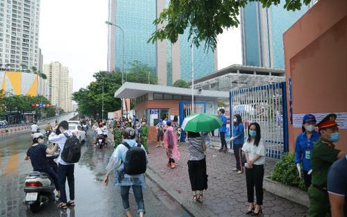Sáng sớm mưa như trút nước, phụ huynh Hà Nội đội mưa đưa con đi thi vào lớp 10
