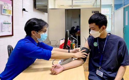 Hơn 200 sinh viên tham gia phòng chống dịch được tiêm vắc-xin Covid-19