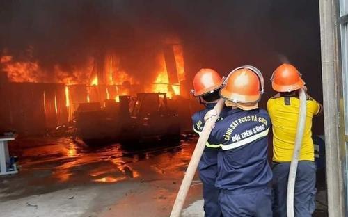 Phòng trà bốc cháy dữ dội trong đêm, 6 người thiệt mạng