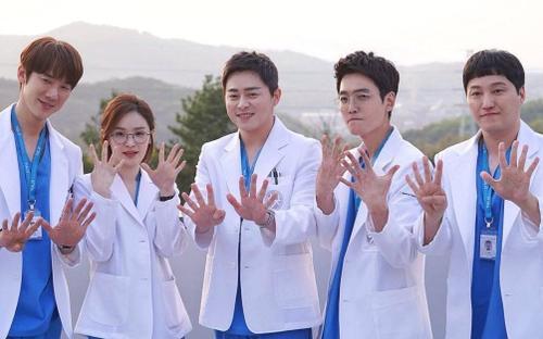 Vượt mặt 'Mr Sunshine', 'Hospital Playlist 2' xác lập kỉ lục về xếp hạng công chiếu cao nhất lịch sử tvN