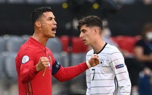 Ronaldo san bằng kỷ lục ghi bàn của huyền thoại bóng đá Đức