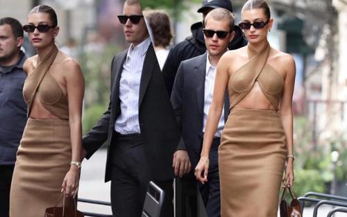 Vợ Justin Bieber mặc váy yếm hở hang đi gặp Tổng thống Pháp gây tranh cãi