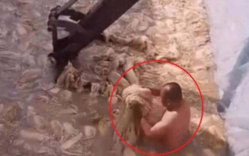 Ghê sợ trước cảnh người đàn ông Trung Quốc cởi trần ngâm cả người trong bể làm kim chi đục ngầu