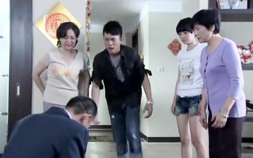 Con trai sắp lấy vợ, ông bố quỳ gối cầu xin trước mặt nhà gái, nguyên nhân phía sau gây tranh cãi
