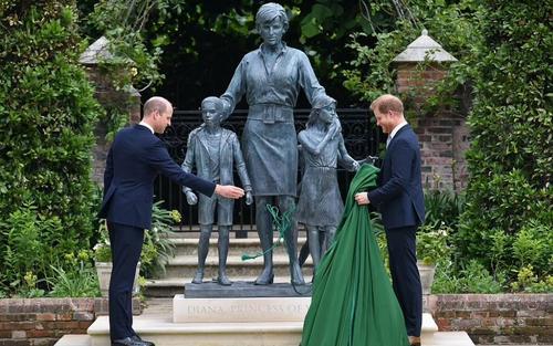 Những khoảnh khắc ấm áp của anh em William - Harry trong lễ khánh thành tượng Diana
