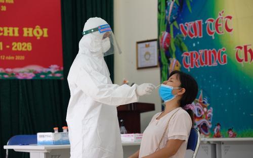 Cận cảnh quá trình lấy mẫu xét nghiệm SARS-CoV-2 cho hơn 6.000 người từ TP.HCM về Hà Nội