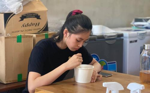 Cảm động khoảnh khắc mộc mạc của Hoa hậu Tiểu Vy và các Á hậu ngồi ăn cơm sau khi làm từ thiện