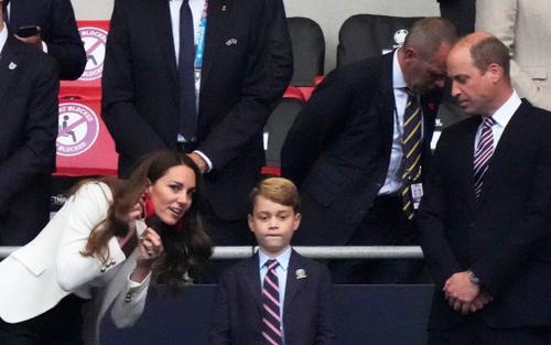 Hoàng tử George buồn bã vì trận thua của tuyển Anh