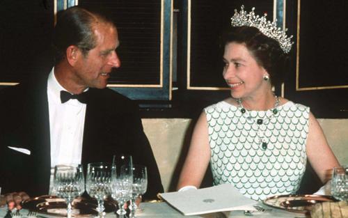 Bí ẩn tủ đồ Hoàng gia: Bí mật về nhẫn đính hôn của Nữ hoàng Anh và mẹ Hoàng thân Philip