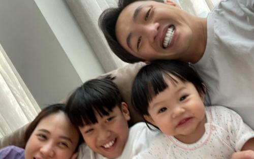 Đàm Thu Trang khoe ảnh lần đầu tiên em bé Suchin biết selfie cùng ba mẹ và anh hai