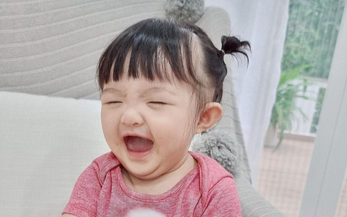 Đông Nhi 'dìm hàng' con gái cưng Winnie bằng loạt ảnh lộ nọng cằm, body ngấn mỡ