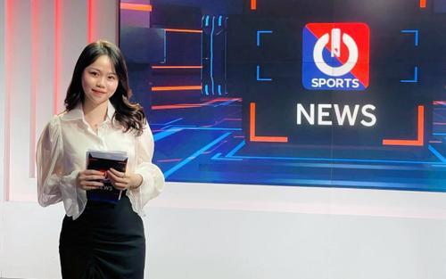 Lộ hình ảnh Huỳnh Anh làm biên tập viên thể thao, Quang Hải chắc đang 'toát mồ hôi' vì điều này!