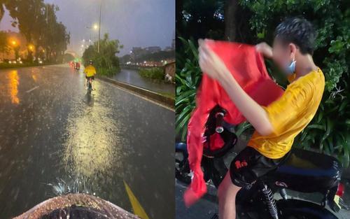 Thấy nam sinh đi học giữa mưa lớn trong mùa dịch, chính chủ có hành động được dân tình tấm tắc khen ngợi