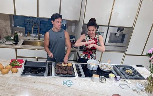 Vị khách khó tính này khiến Kim Lý và Hà Hồ từ bỏ sự 'sang chảnh' để vào bếp