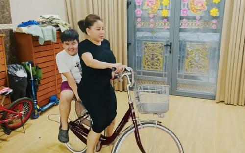 Lê Giang khoe biệt thự mới rộng đến mức có thể chạy xe đạp tập thể dục trong nhà